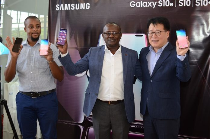 Samsung Electronics East Africa Managing Director of Seok Min Hong (right), Head of department Internet and Mobile at Samsung Charles Kimari (middle) and Ryan Mule product marketing manager Samsung Electronics East Africa display the new S10 phone during the launch of the phone into the Kenyan market